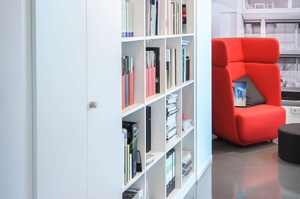 Einbauschschrank maßgeschneidert im Büroraum